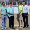 Entregan reconocimiento a David King, organizador del College Challenge de softbol